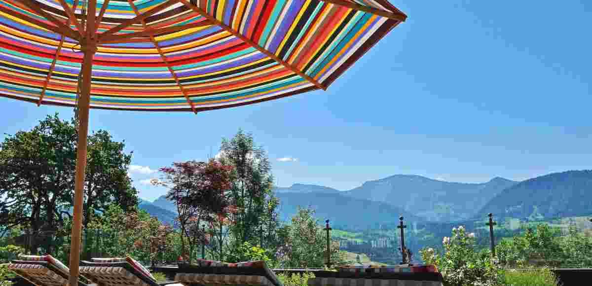 Liegestühle und Sonnenschirm mit tollem Ausblick aufs Hochgrat