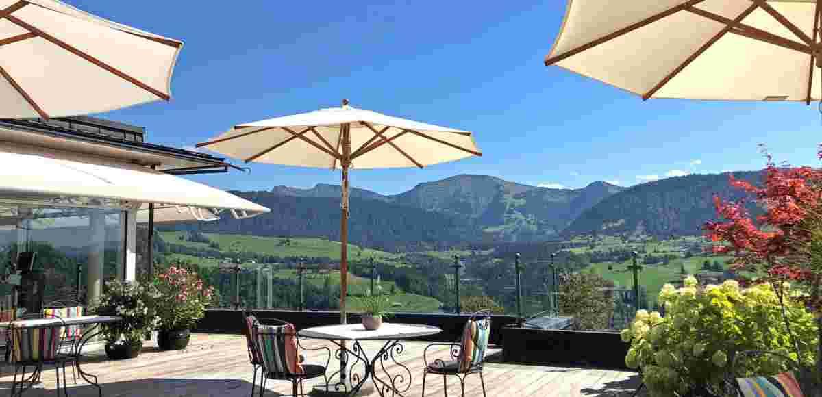 Tisch und Stühle auf der Wintergarten-Terrasse des Hotel Allgäu Sonne mit Blick auf Hochgrat