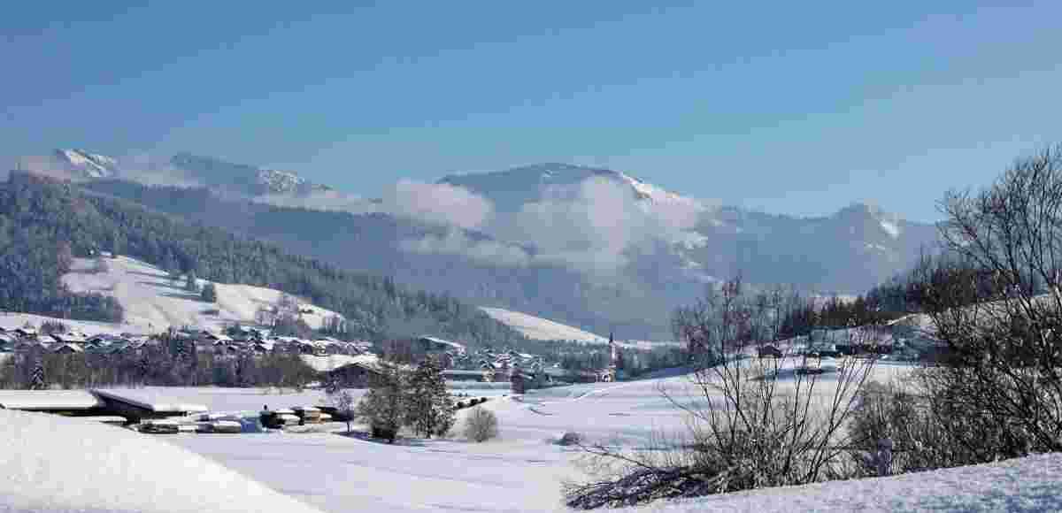 Blick von Genhofen auf Oberstaufen mit Hochgrat