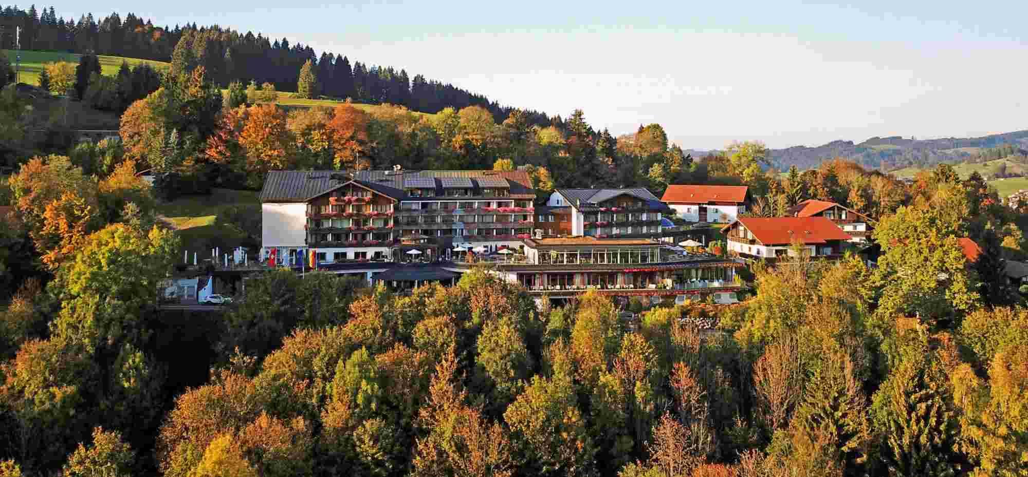 Hotel Allgäu im Herbst von oben