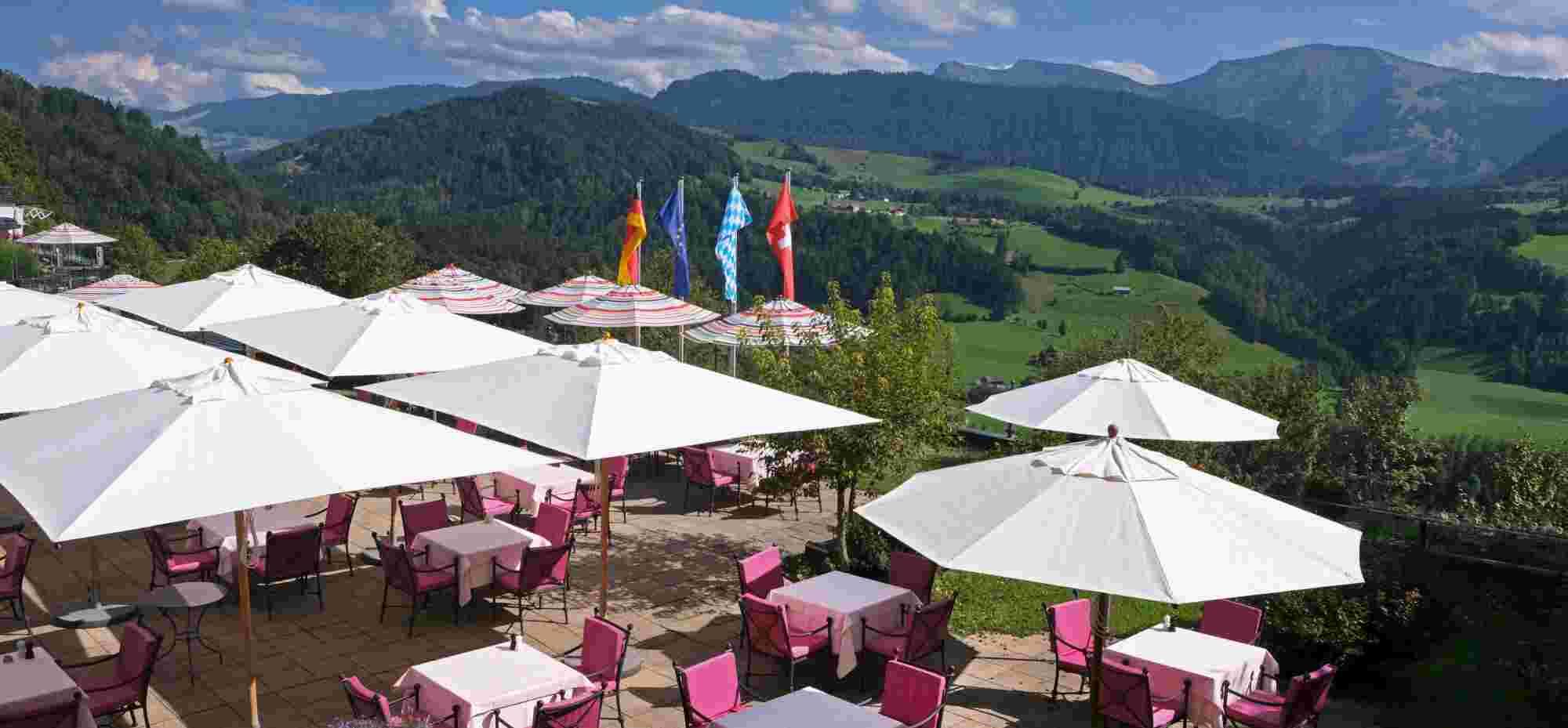 Blick auf die Restaurant Terrasse der Allgäu Sonne mit traumhaftem Bergpanorama im Hintergrund