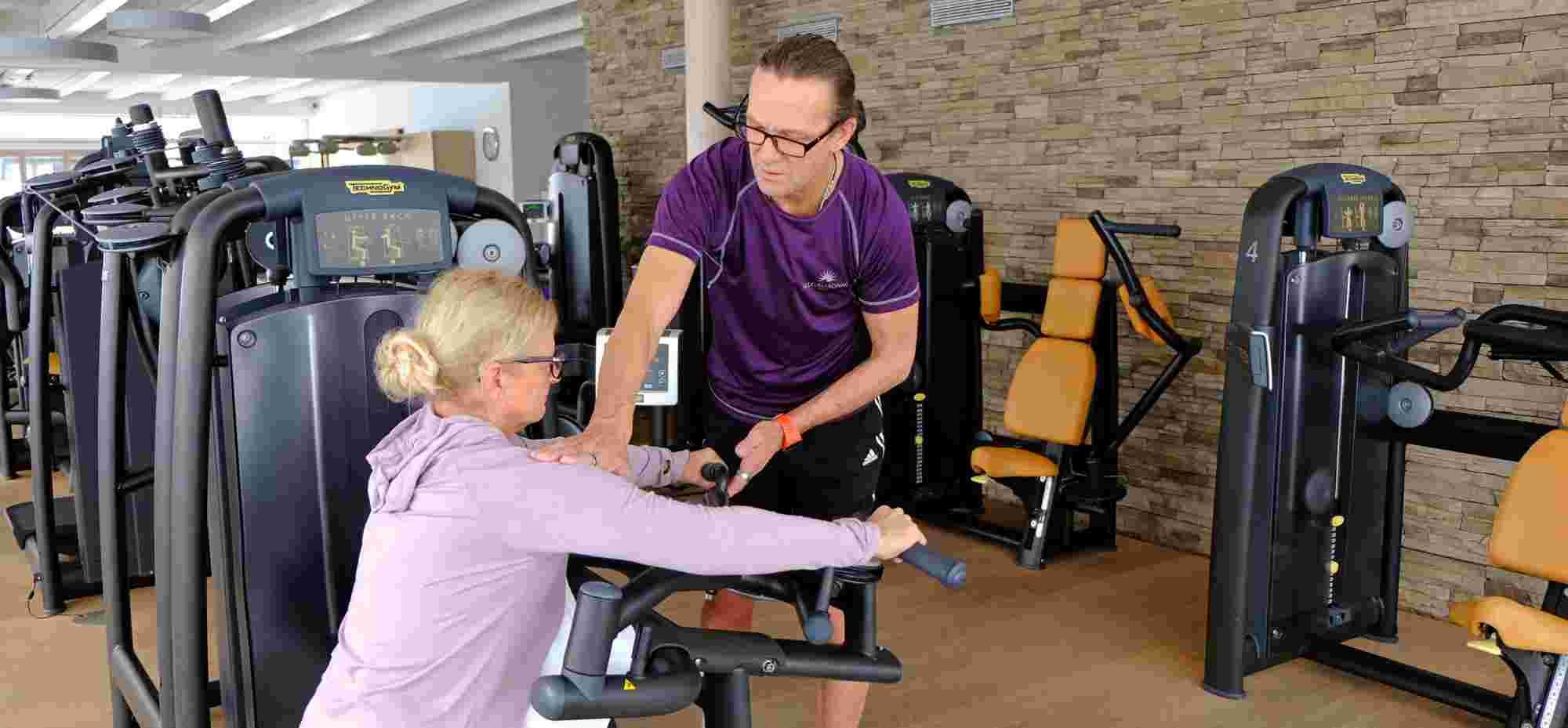 Personal Training am Armdrücker-Gerät im Fitnessraum der Allgäu Sonne