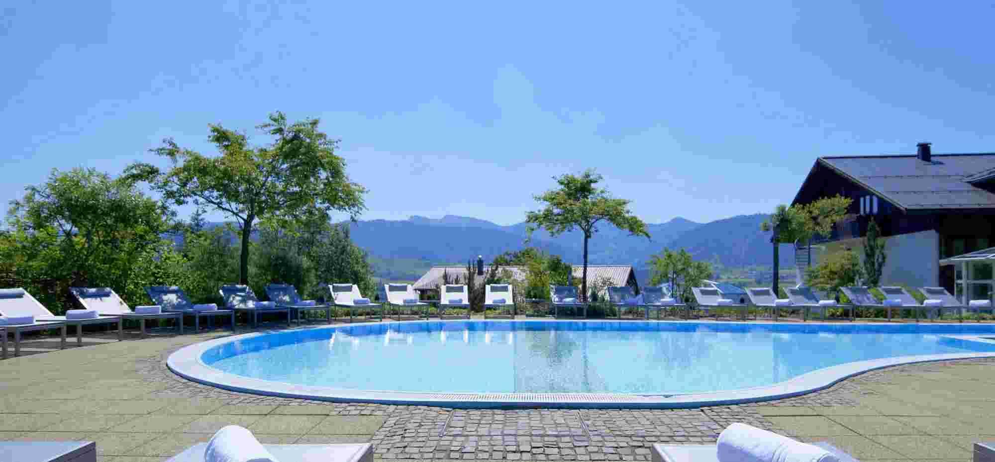 Außenpool im Hotel in Oberstaufen