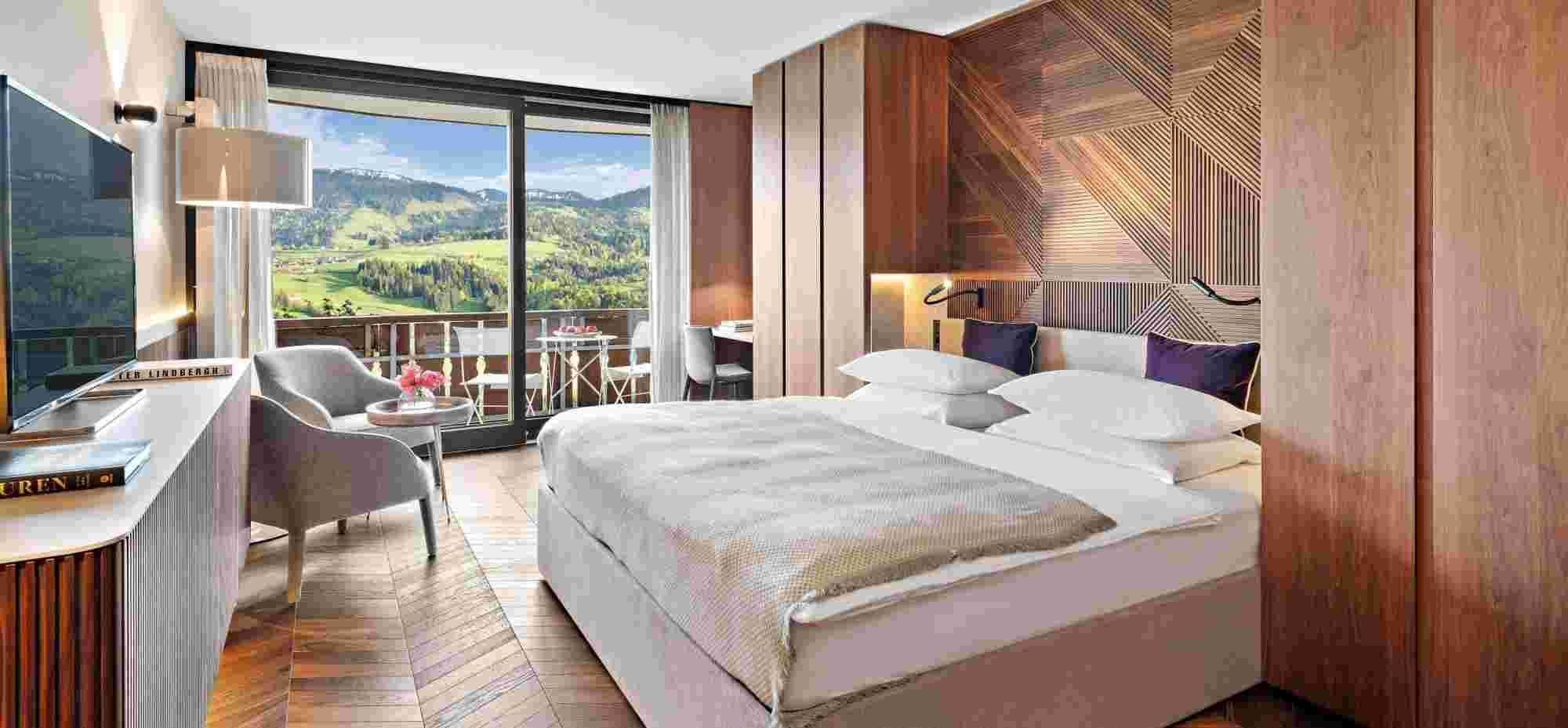 Superior Doppelzimmer mittelbraun mit Ausblick im 5 Sterne Hotel Allgäu Sonne