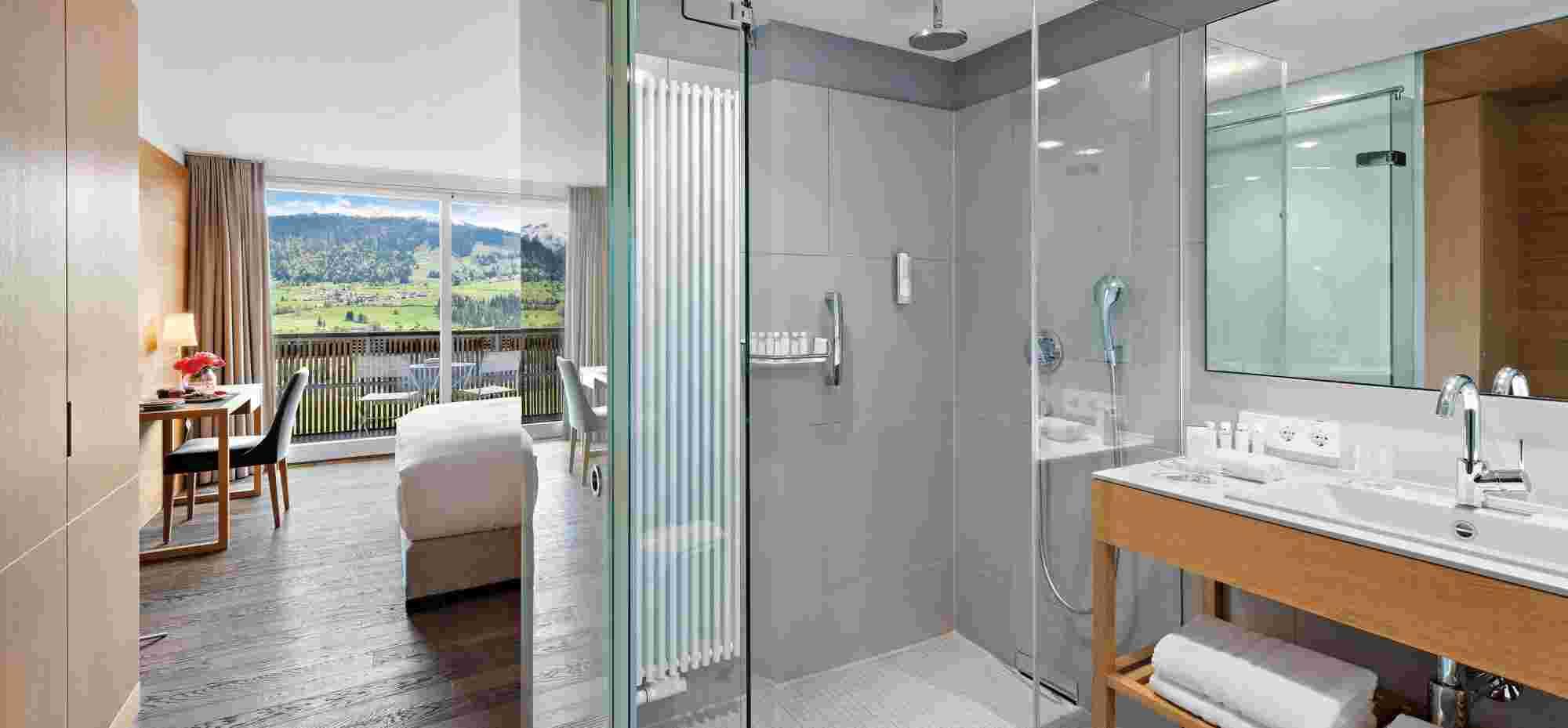 Superior Doppelzimmer mit Badezimmer und Ausblick im 5 Sterne Hotel Allgäu Sonne