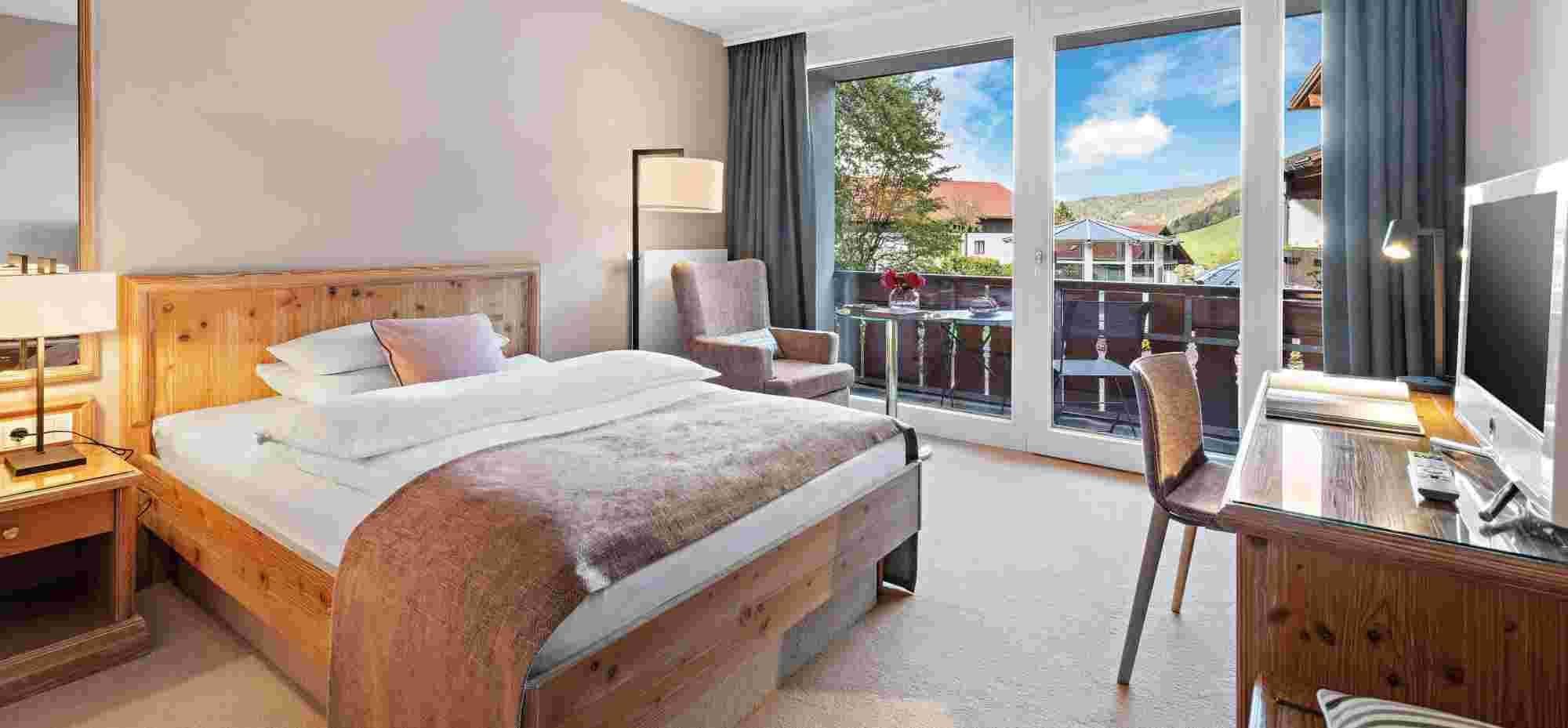 Comfort Einzelzimmer mit Blick zum Pool im Hotel Allgäu Sonne in Oberstaufen