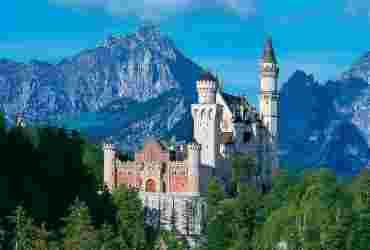 Schloss Neuschwanstein mit Bergpanorama und grünen Wäldern