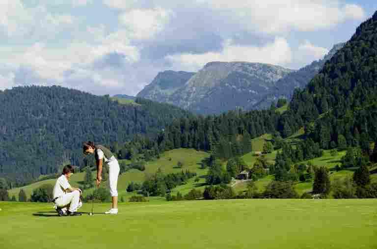 Golfspieler auf schönem, grünen Golfplatz