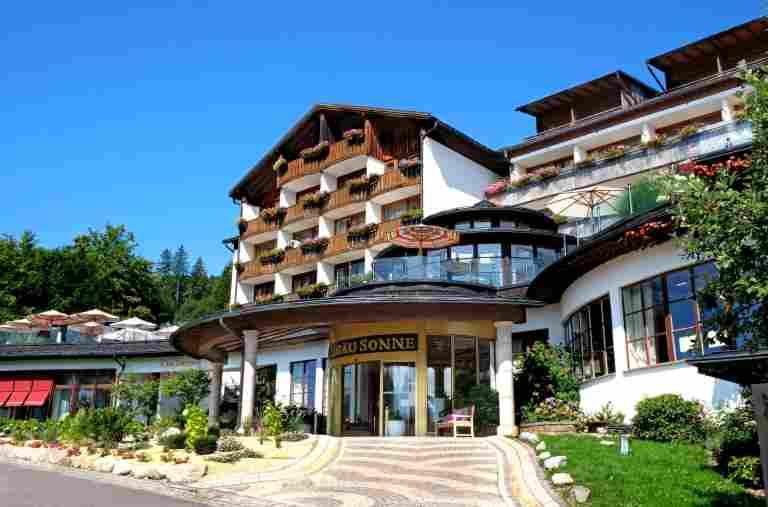 Außenansicht des Hotels Allgäu Sonne bei strahlend blauem Himmel