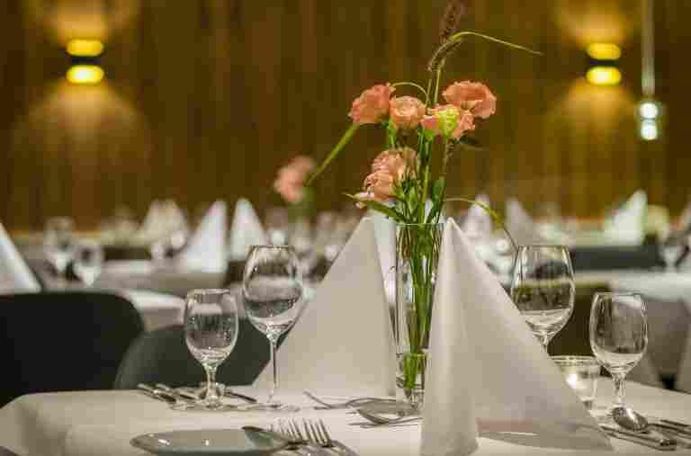 Gedeckte Tische im Restaurant des Hotels