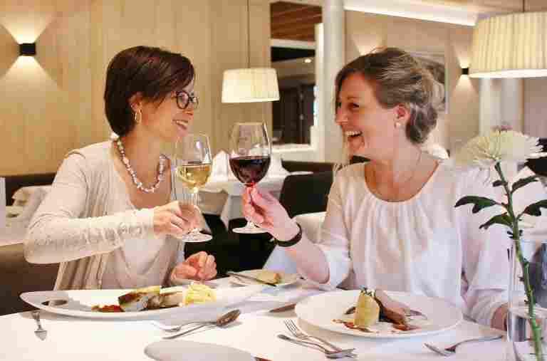 Freundinnen im Restaurant am gedeckten Tisch