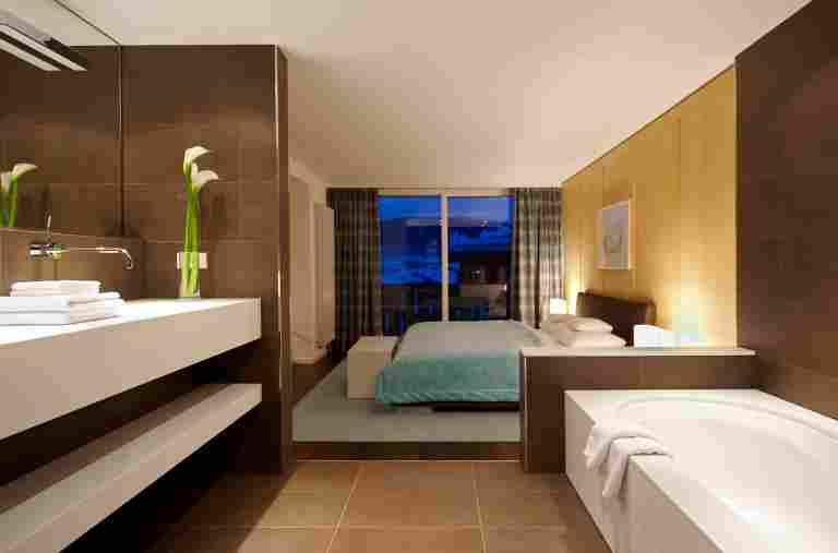 offenes Badezimmer mit angrenzendem Schlafzimmer einer Juniorsuite