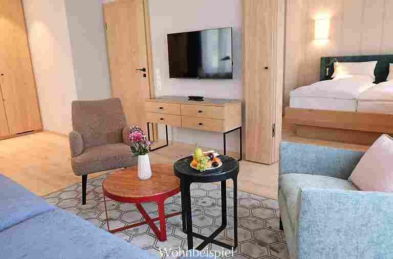 Wohnzimmer mit Blick zum Schlafzimmer im Superior Landhaus Appartement im Hotel Allgäu Sonne