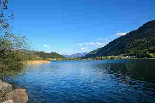 Blick auf den großen Alpsee in Immenstadt im Alläu bei blauem Himmel