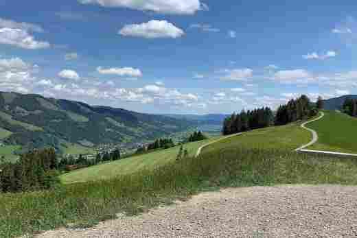 Ausblick vom Gipfel des Hündle ins Tal in Richtung Immenstadt mit dem großen Alpsee