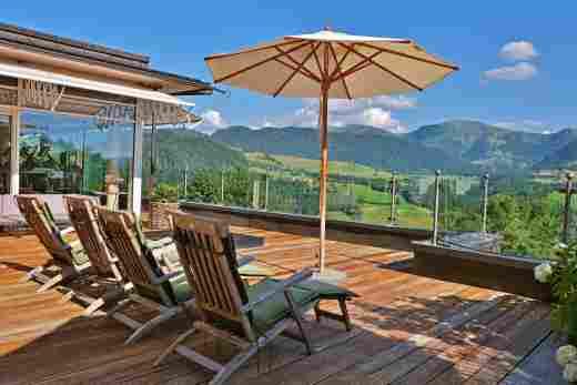 Liegestühle auf Terrasse mit Blick auf Hochgrat im Wellnesshotel Allgäu Sonne in Oberstaufen