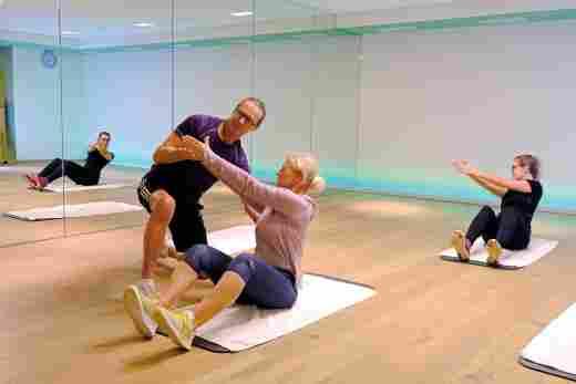 Fitnessbetreuer Charly in einem Sportkurs im Kursraum des Hotels