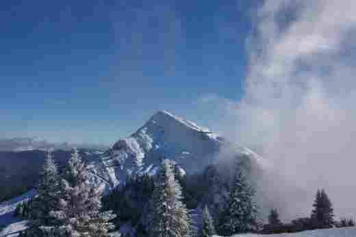 Schneebedeckter Hochgrat im Winter bei strahlend blauem Himmel