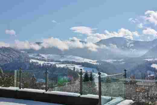 Blick auf den schneebedeckten Hochgrat und die verschneite Landschaft vom Hotel Allgäu Sonne