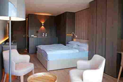 Superior Doppelzimmer mit Parkettboden und dunklen Möbeln im Hotel Allgäu Sonne