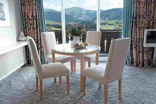 Esstisch in der Panorama Comfort Suite im Sport- & Wellnesshotel Allgäu Sonne