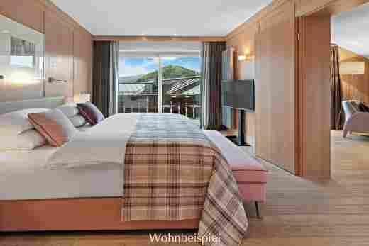 Schlafzimmer in der Alpin Suite Süd mit Blick nach draußen im 5 Sterne Hotel Allgäu Sonne in Oberstaufen