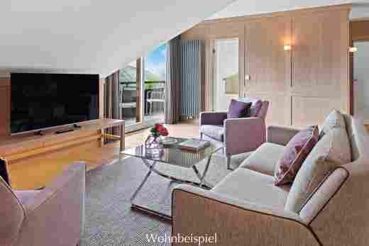 Wohnzimmer mit Blick zum Bad in der Alpin Suite Süd im 5 Sterne Hotel Allgäu Sonne in Oberstaufen