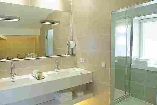 Badezimmer im der Alpin Suite im 5 Sterne Hotel Allgäu Sonne in Oberstaufen