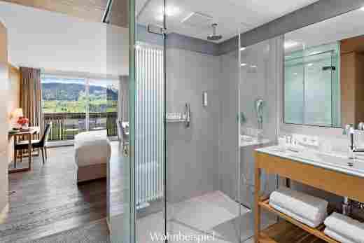 Superior Doppelzimmer, Badezimmer mit Blick ins Zimmer im 5 Sterne Hotel Allgäu Sonne in Oberstaufen