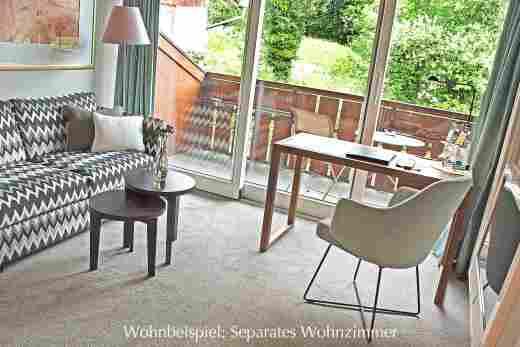 Wohnzimmer mit Sofa und Schreibtisch vom Doppelzimmer Standard im 5 Sterne Hotel Allgäu Sonne in Oberstaufen