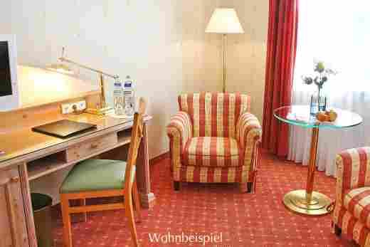Schreibtisch und Sessel im Doppelzimmer Standard im 5 Sterne Hotel Allgäu Sonne