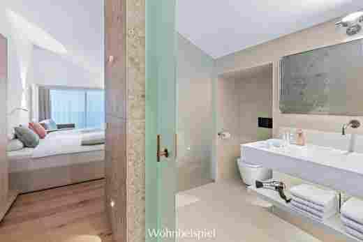 Blick vom Badezimmer in die Juniorsuite im Hotel Allgäu Sonne in Oberstaufen