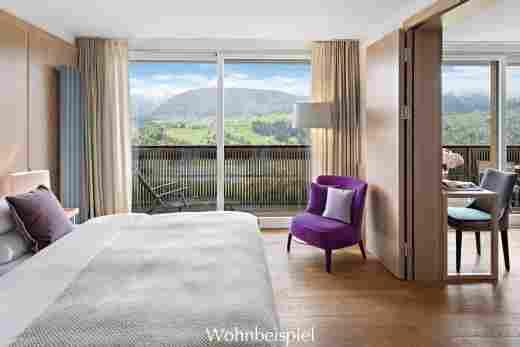 Juniorsuite mit Tür zum Wohnzimmer und Blick auf die Berge