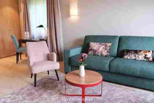 Wohnzimmer und Schreibtisch im Superior Appartement im Landhaus im Wellnesshotel Allgäu Sonne