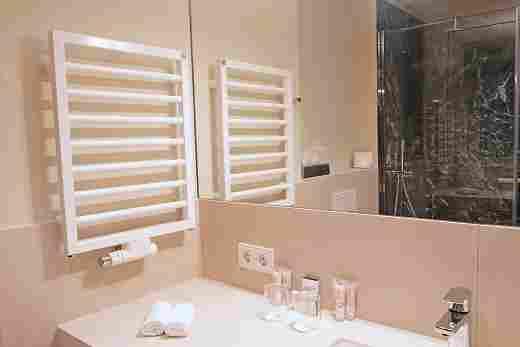 Badezimmer im Superior Doppelzimmer im Landhaus mit Blick zur Dusche im Hotel Allgäu Sonne in Oberstaufen
