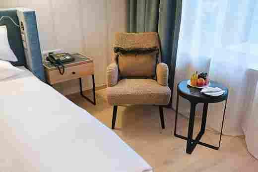 Sessel mit Teddyfell im Superior Doppelzimmer im Wellnesshotel Allgäu Sonne in Oberstaufen