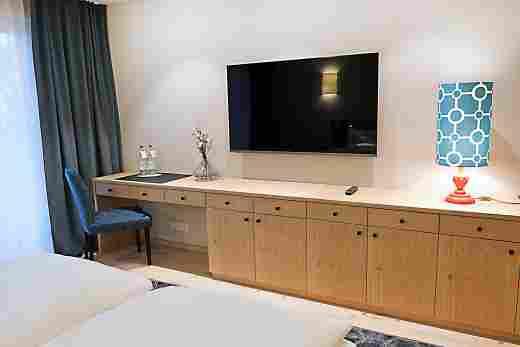 Sideboard und TV im Superior Doppelzimmer im 5 Sterne Hotel Allgäu Sonne in Oberstaufen