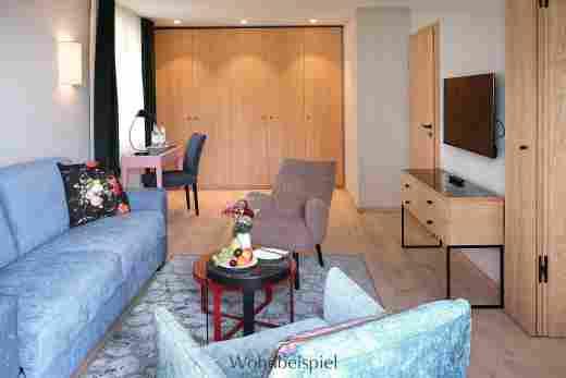 Wohnzimmer mit Schreibtisch im Superior Appartement im Landhaus im Wellnesshotel Allgäu Sonne