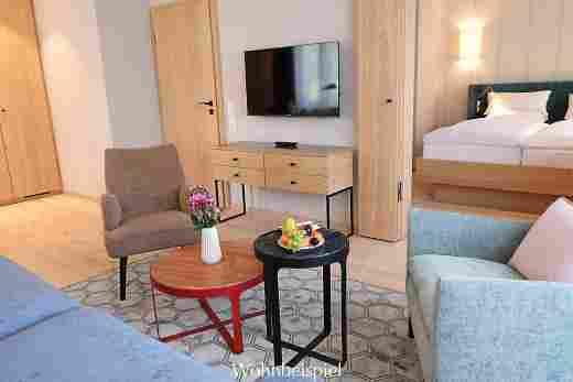 Wohnzimmer mit Blick zum Schlafzimmer im Superior Appartement im Landhaus im Hotel Allgäu Sonne