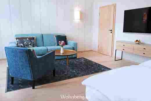 Bett und Wohnzimmer im Studio im Landhaus im Wellnesshotel Allgäu Sonne