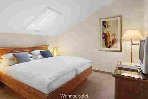 Schlafzimmer mit Dachschräge im Appartement im Landhaus im Hotel Allgäu Sonne in Oberstaufen